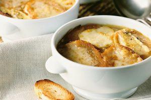 zuppa-cipolle-crostini