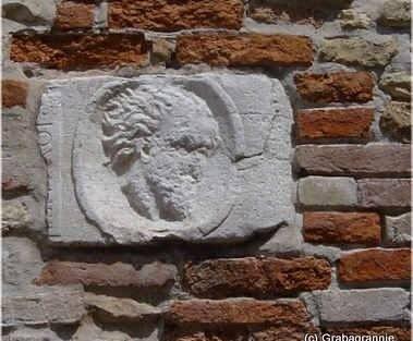 La riproduzione di una testa incastonato su uno dei muri della piazza che secondo le antiche memorie sarebbe la riproduzione della testa del Biasio posta a futura memoria