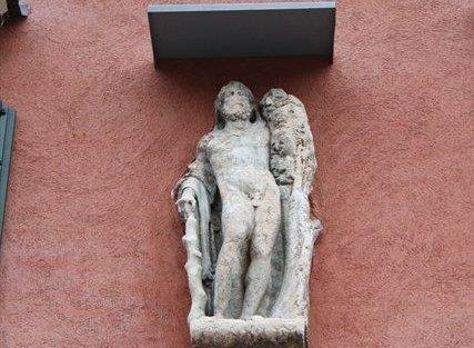 altorilievo di Ercole che servì per chiudere la breccia fatta dalla strega