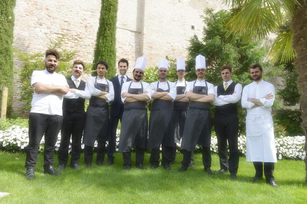 L'intera brigata di sala e cucina del ristorante GLAM
