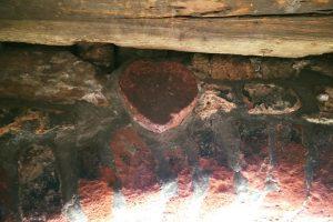 pietra rossa a cuore